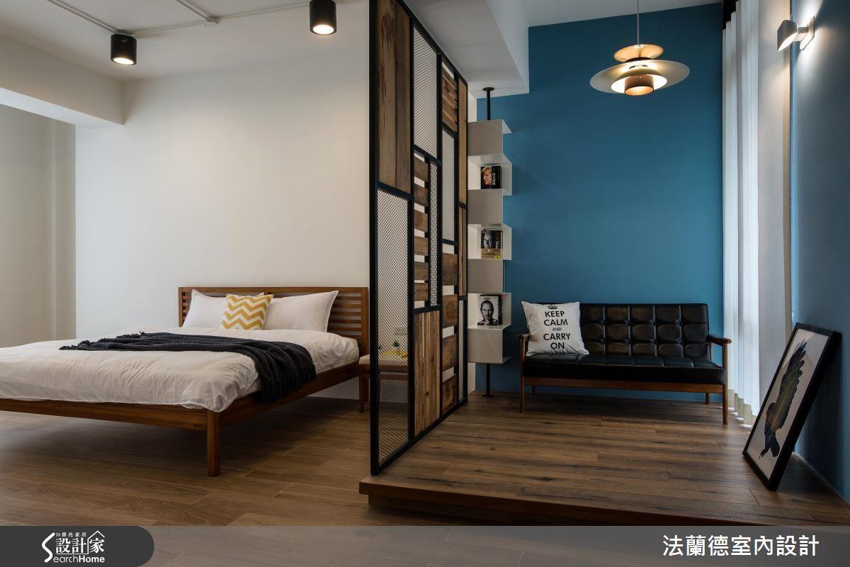 利用鐵件網格隔屏,劃出小客廳及床鋪區,視線、光線、對話暢通。>>看完整圖庫