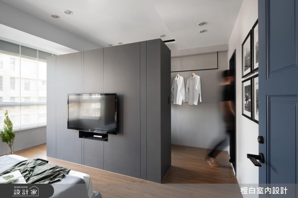 衣櫃兼電視牆機能,坐落於房間正中樣,分隔出獨立書房、更衣空間,形成回字型生活動線。>>看完整圖庫