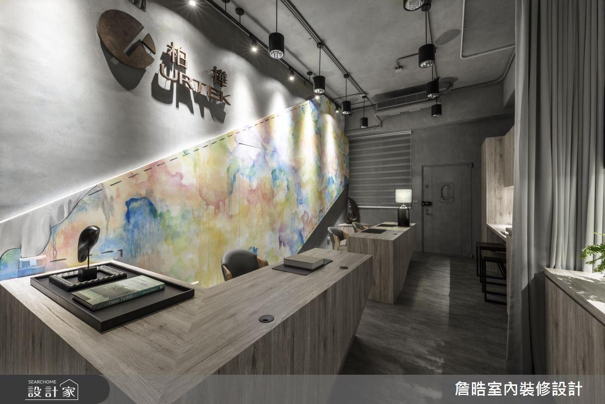 辦公空間的形象牆以色彩交織手法,勾勒空間藝術層次,更巧妙隱藏主臥推門,區隔公私領域。