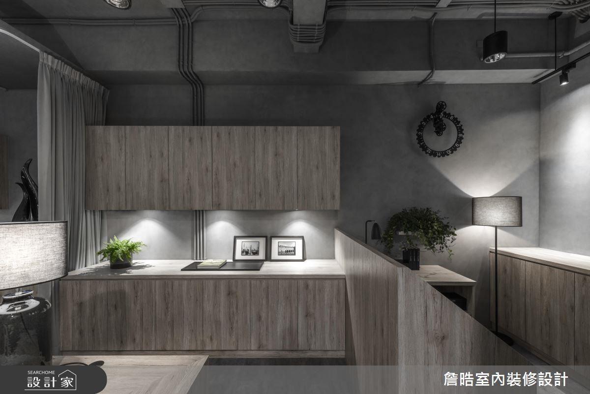 辦公空間運用牆面彙整櫃體,完善工作上的收納機能,同時滿足視覺一致性。