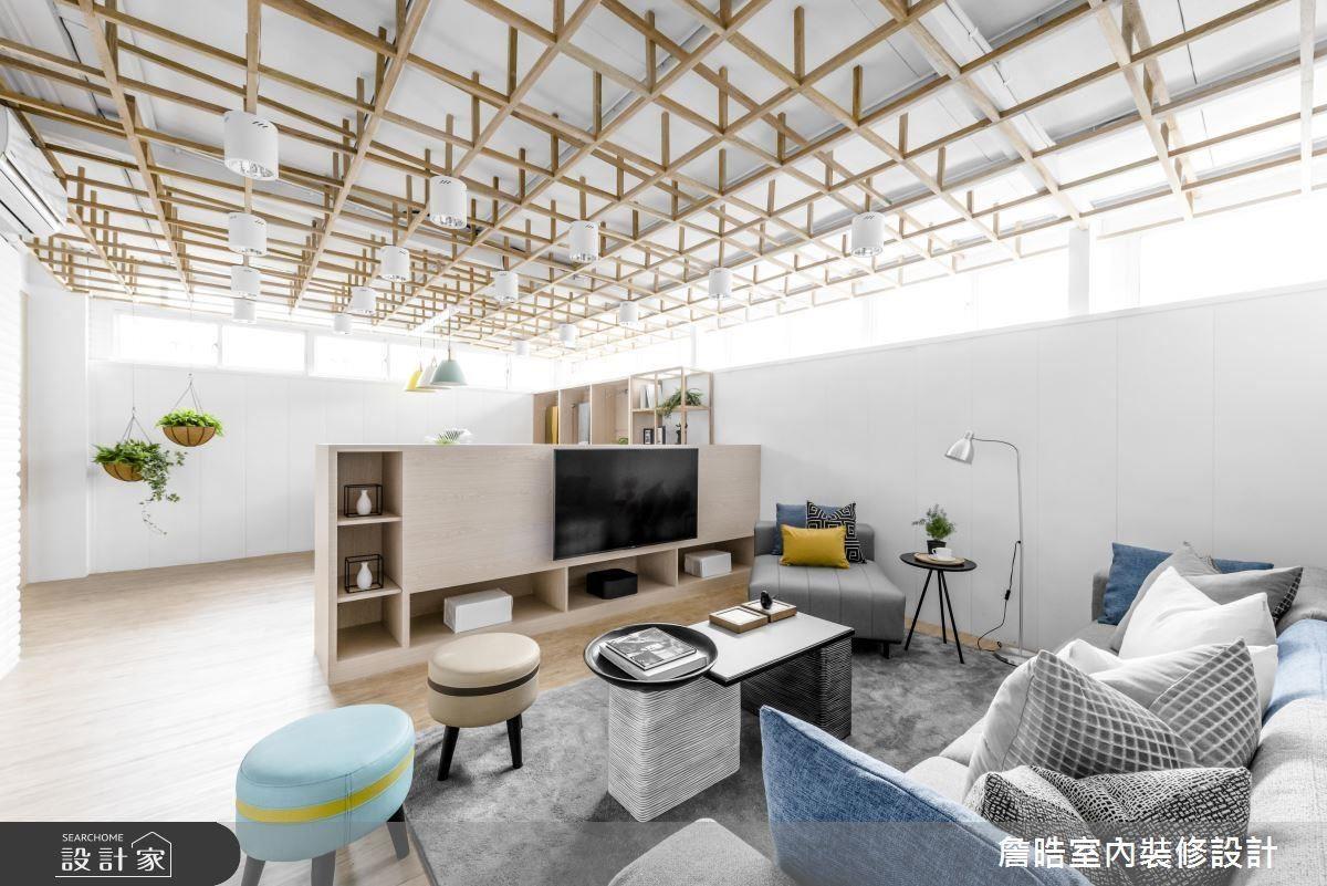 公領域利用半高電視櫃,劃分會議桌及沙發休憩區。