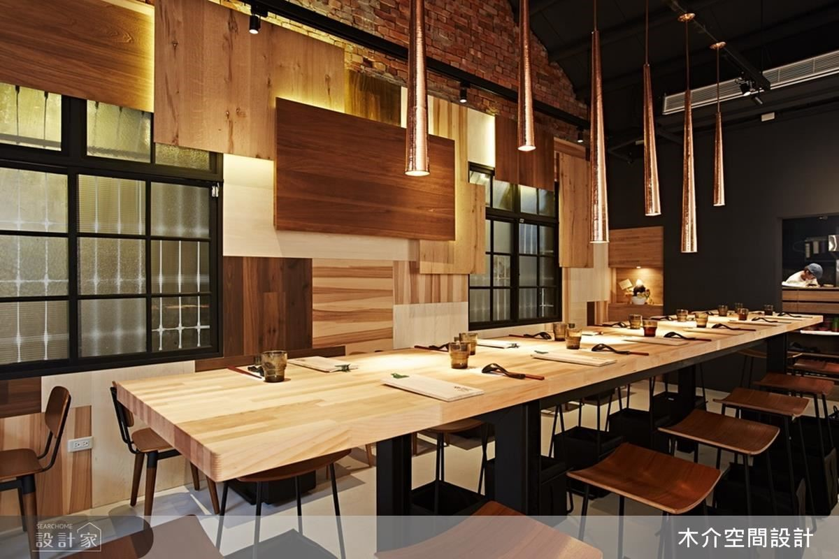 桌面上方以不同長度的垂吊銅燈點綴空間的現代精緻度。