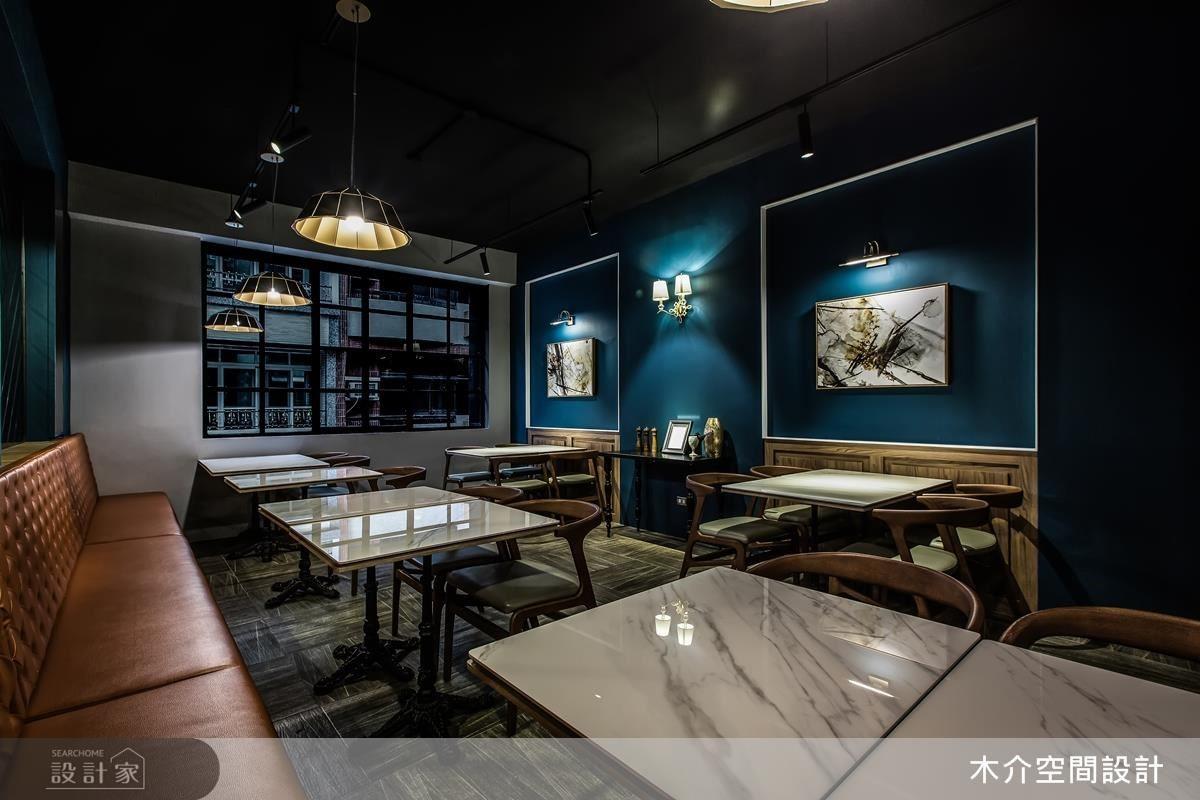 餐桌的石材紋理在金屬吊燈的照映下,彰顯出內斂狂放的空間性格。