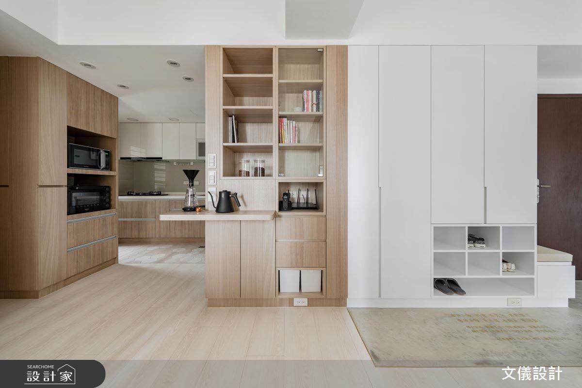 從玄關延續到餐廳將櫃體收整於牆面,創造出流暢明快的空間動線。