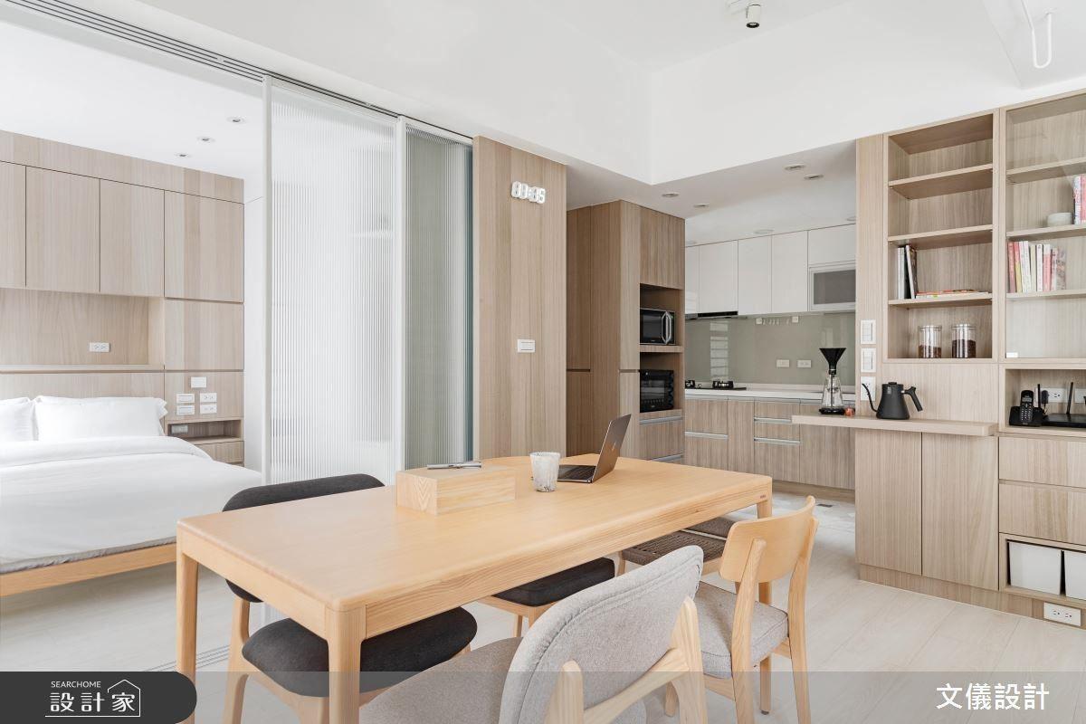 餐廳利用溫潤木皮搭配輪廓極簡的實木餐桌,營造空間溫度與簡約生活態度。