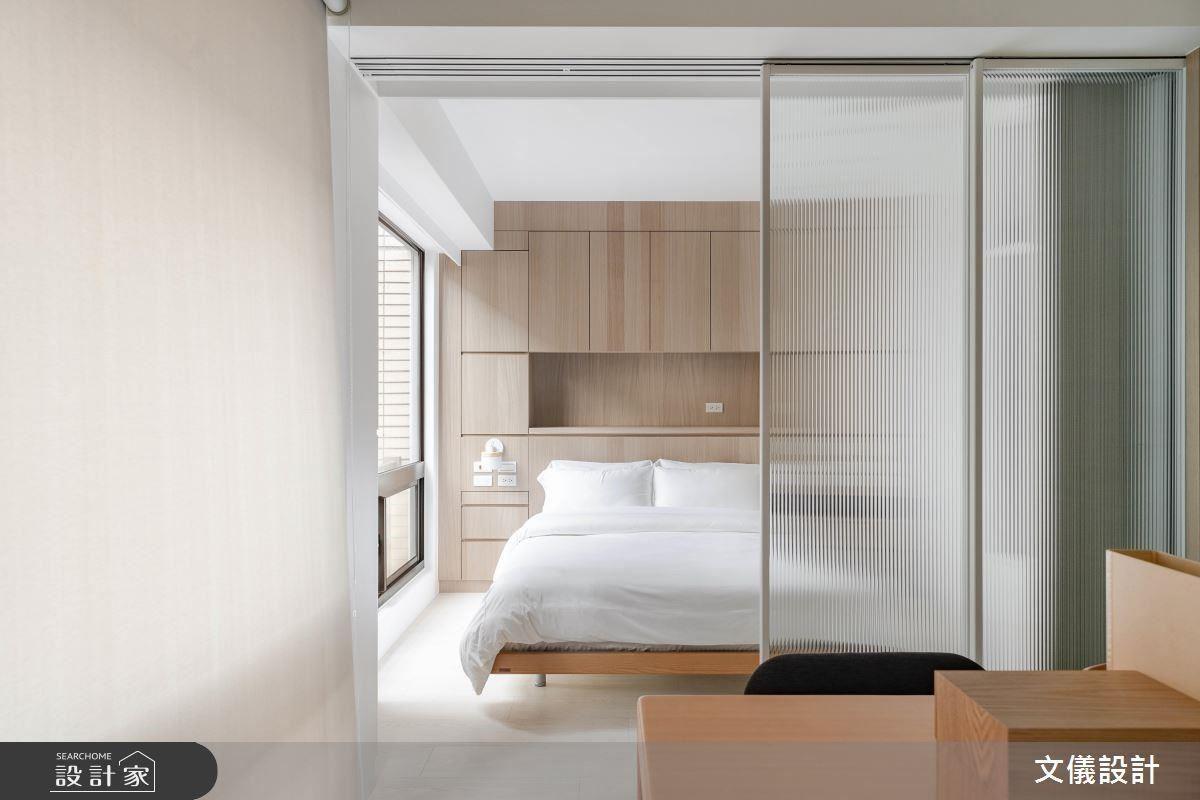 臥室以溫潤木皮營造安穩舒適感,利用半透明條狀玻璃拉門詮釋溫柔包圍的睡眠空間。