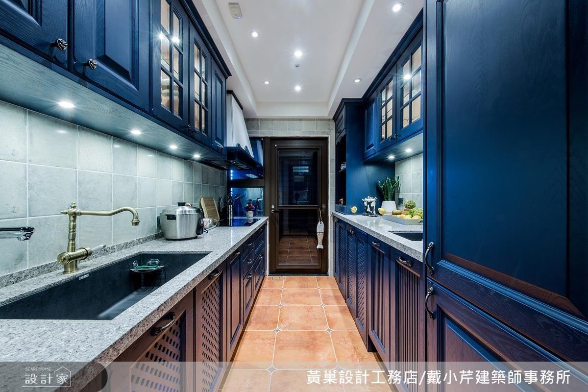 廚房地坪選用大尺寸的復古磚放大視覺效果,搭配一字型的工作檯面讓廚房保留良好的動線。