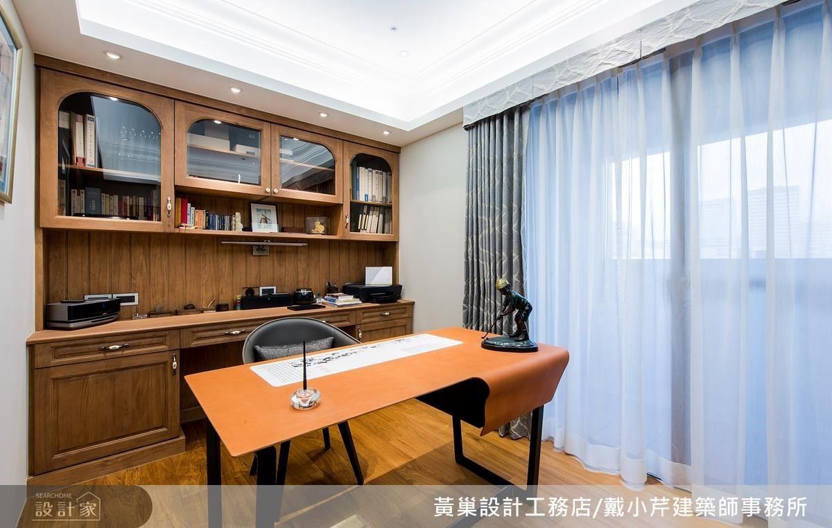 書房選用松木櫃體作為空間重心,搭配簡約線條皮革桌,為男主人營造沉穩內斂的閱讀空間。