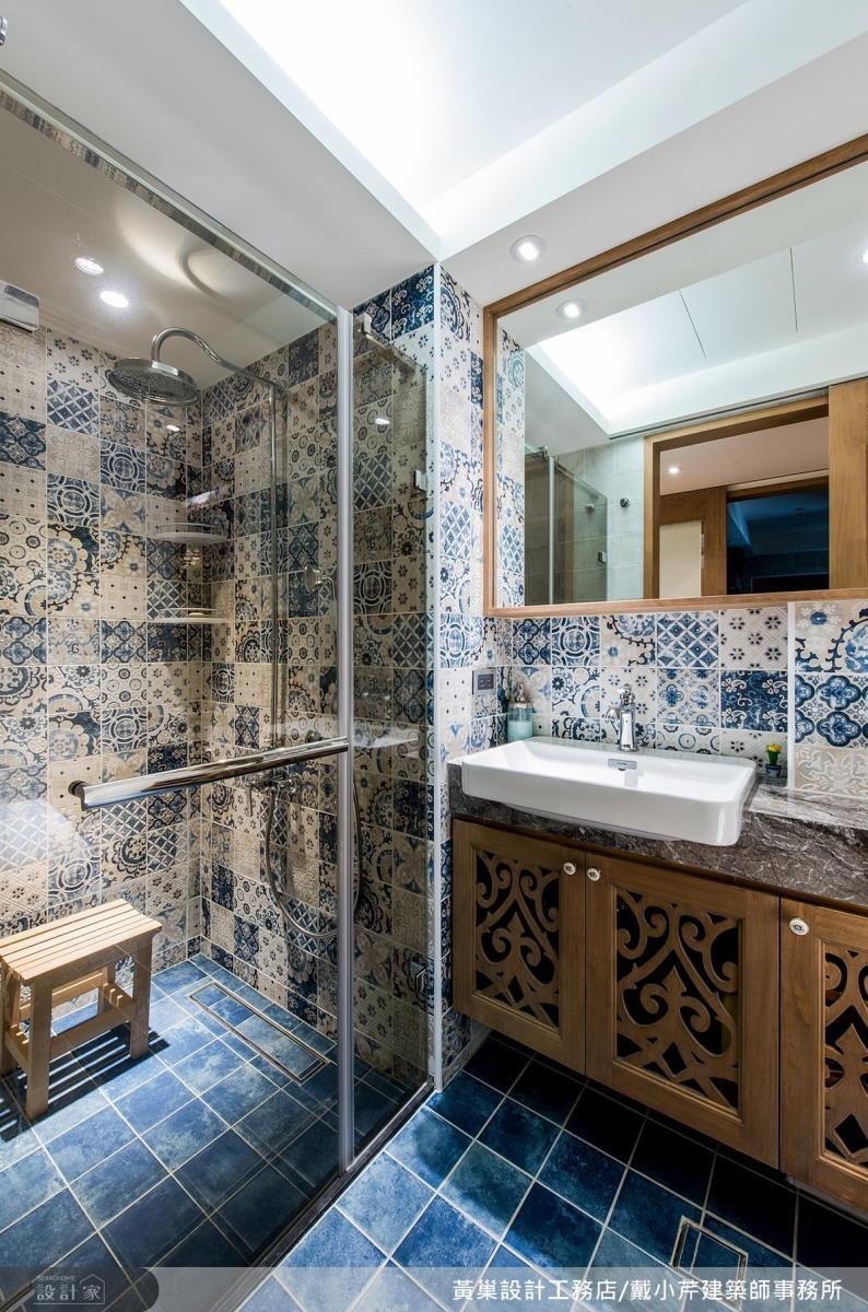 客浴立面以復古花紋磁磚結合地坪藍色花磚,妝點活潑時尚感。