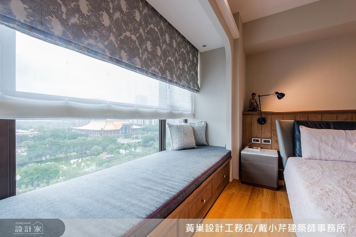 主臥床頭設計半高櫃體以延續木作溫潤質地,同時運用深淺色對比弱化樑柱視覺感。