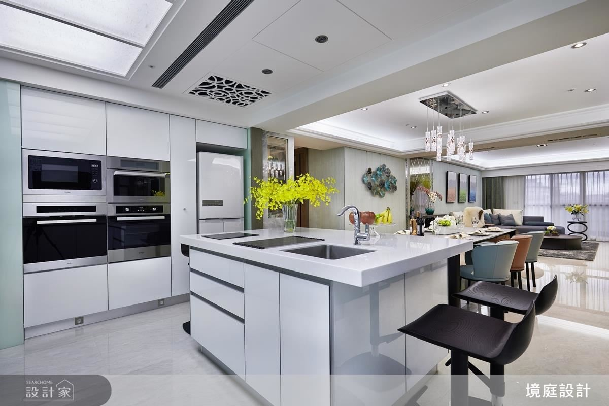 中島貼心結合水槽與電陶磁爐機能,為屋主打造舒適便利的料理空間。