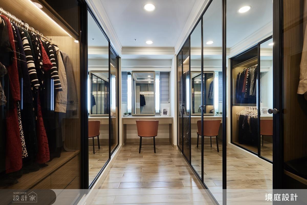 主臥更衣間巧妙設計三面鏡,多角度照映讓女屋主輕鬆整理儀容。
