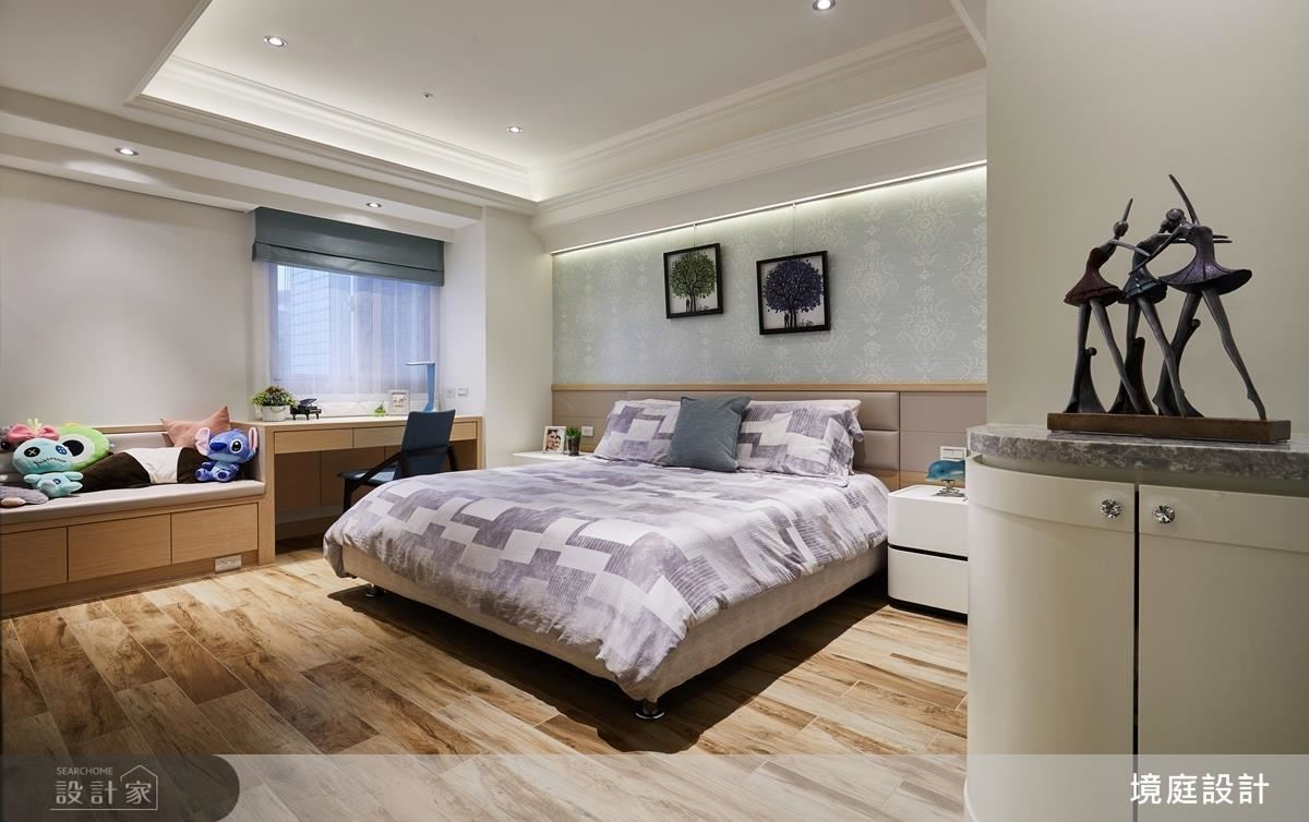 女孩房於迎窗面精心設計書桌與臥榻,完備套房生活機能。