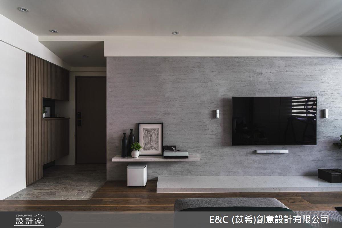 客廳電視牆不過度裝飾,以仿清水模漆譜畫出低奢的視覺層次感。