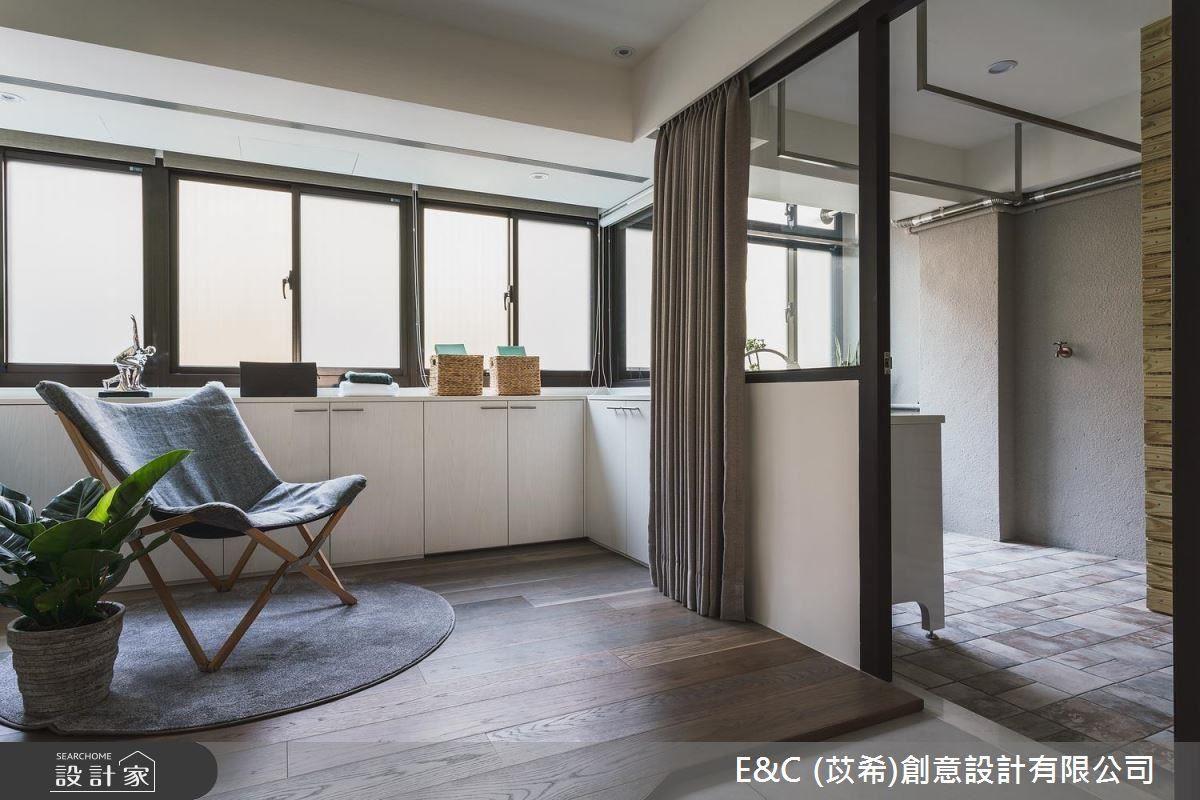 起居室以簡單俐落的規劃,營造出悠閒自在的空間氛圍。