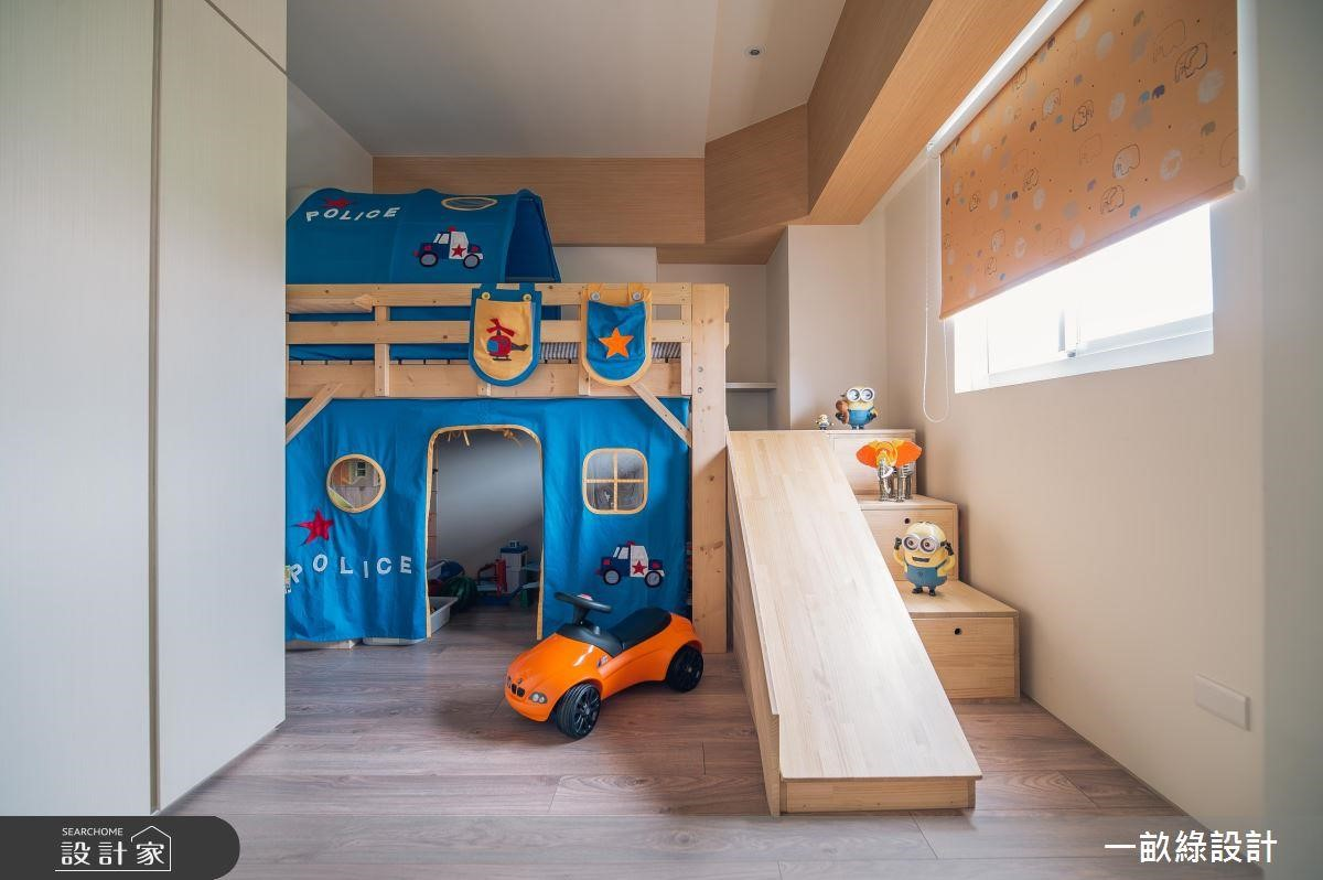 一畝綠設計 兒童房選擇上下舖,增加更多使用空間,上下鋪將一樓設計為遊戲區,二樓才是床鋪,樓梯附有收納功能外,更結合木作溜滑梯,讓孩子擁有一個小小樂園。