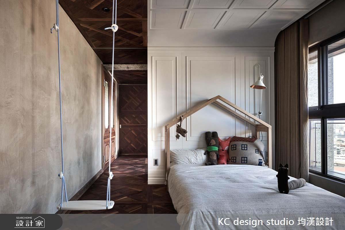 均漢設計跳脫傳統兒童房粉嫩色調,以棕色溫暖的胡桃木及白色簡約線板為主調,並在兒童房內增設鞦韆架、床頭小木屋造型,打造新潮時髦又有童趣的兒童房。