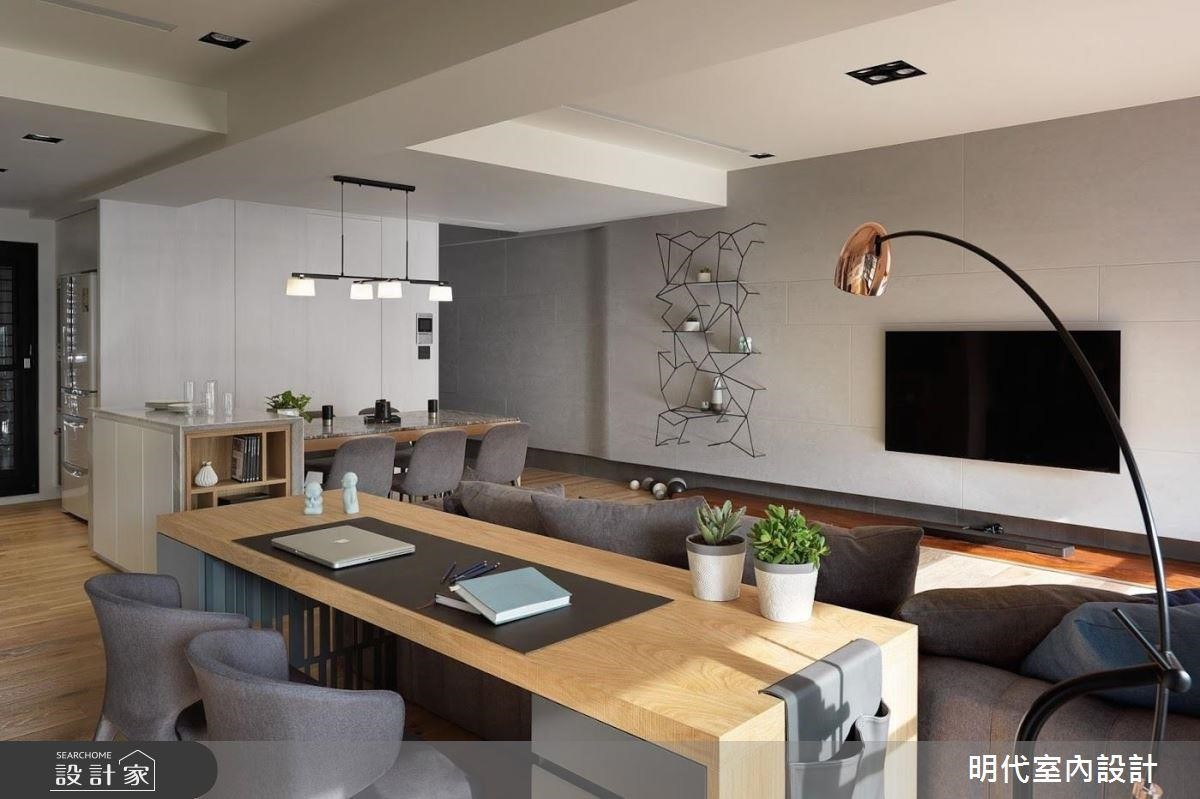 明代室內設計格局重塑,客餐廳結合書桌將公共空間極大化,視覺相當寬敞,讓屋主下班後不論是在餐桌上小酌、沙發上看影片或是書桌工作上網等,都可以舒適自在。