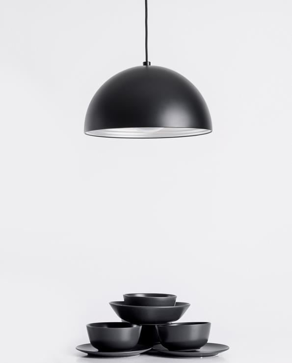 「DOME 蒼穹」吊燈,霧黑外觀搭配現代都會居家,或是時尚工業風皆相當適合,另有紅銅款式可做選擇。