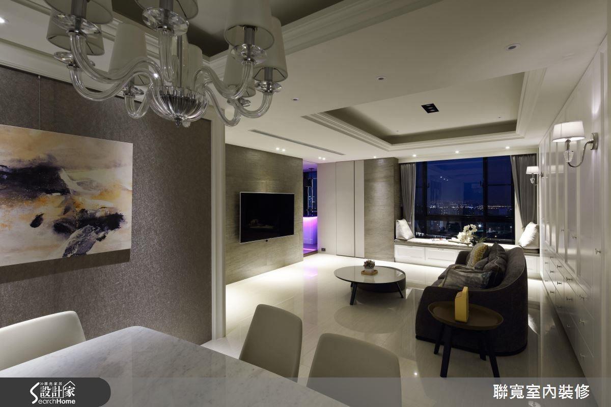 同樣是低調的灰色,從餐廳的壁紙裝飾牆面,到電視牆、窗台臥榻旁的薄片石材牆面,3 種層次的灰配合設計過燈光呈現,豐富了空間感。