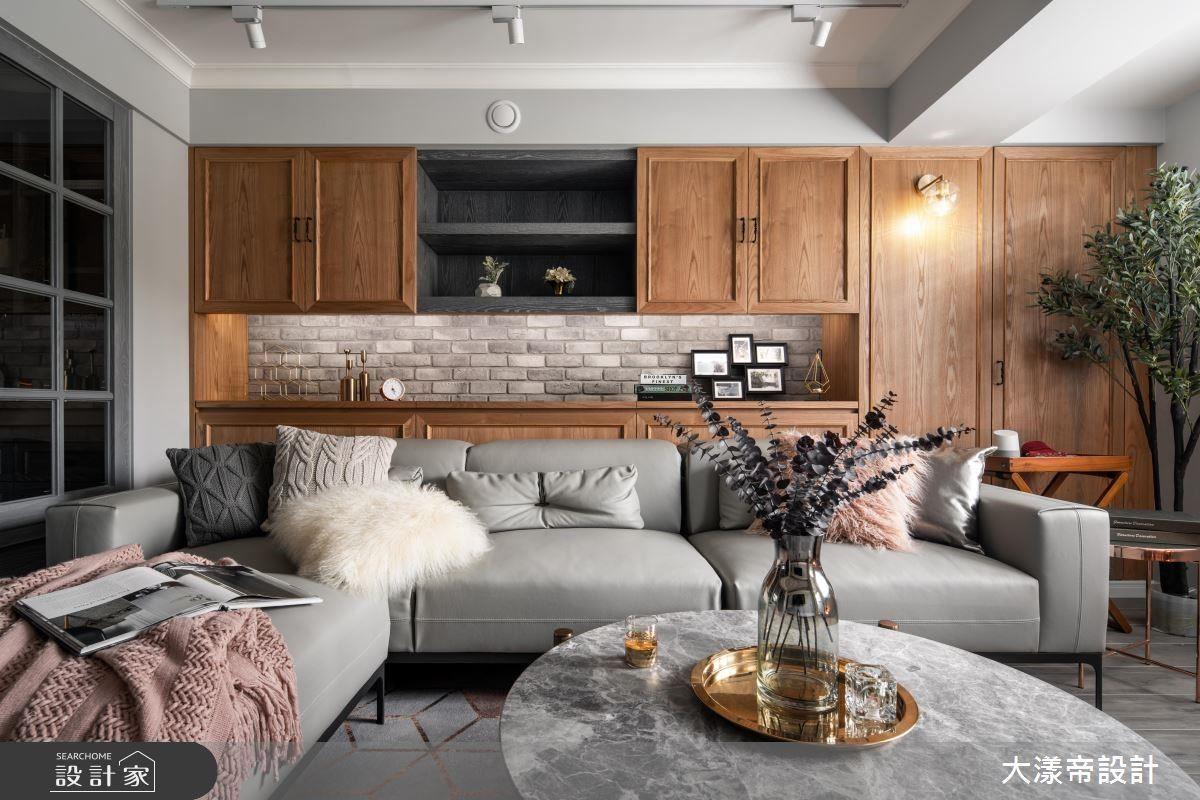 客廳沙發牆櫃體以經典線板造型,演繹復古美式風尚。