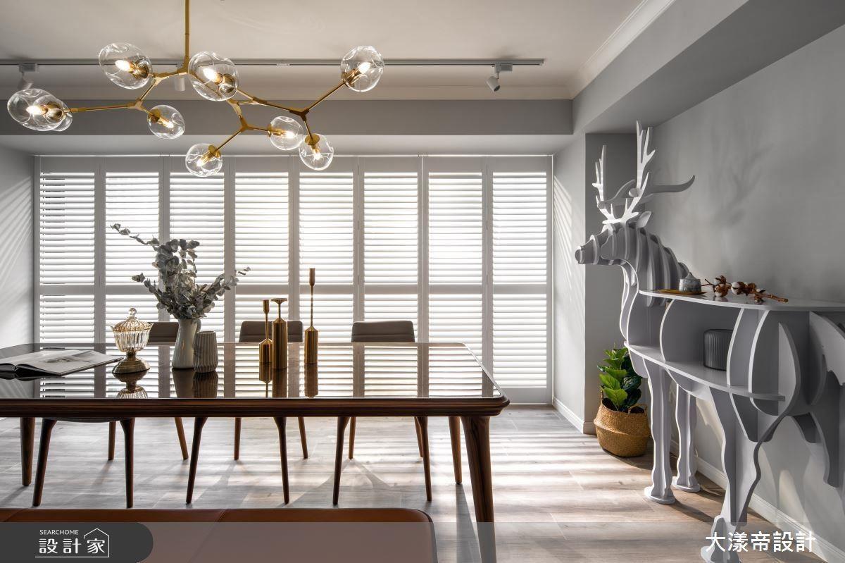 餐廳選搭金屬造型吊燈,以華麗光澤與俐落線條彰顯精緻高雅感。
