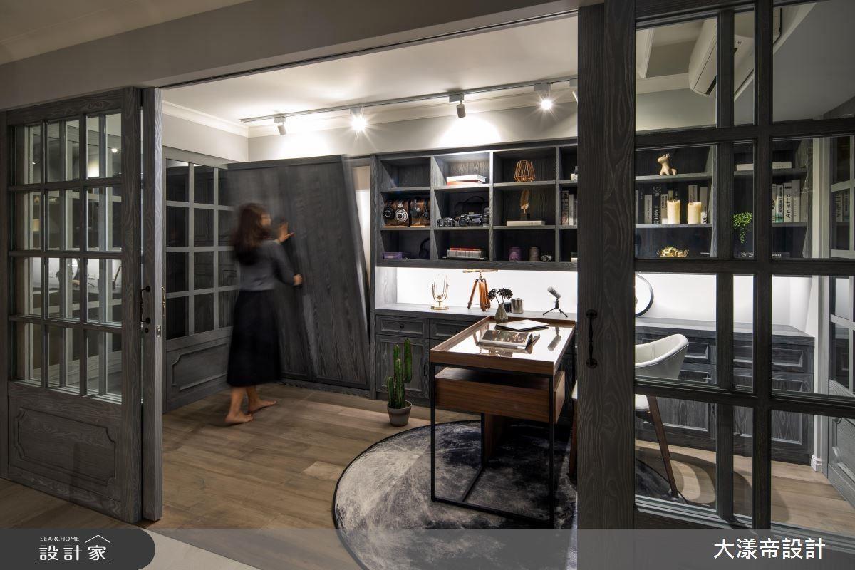 書房以別具匠心的櫥窗式框體,賦予閱讀空間如電影般的故事畫面。