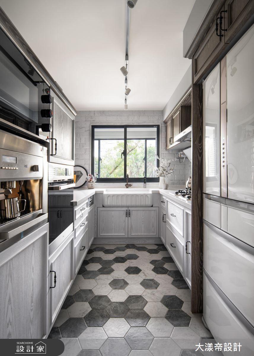 廚房水槽配置於窗邊,使視野連結陽台景觀,增添生活互動性。