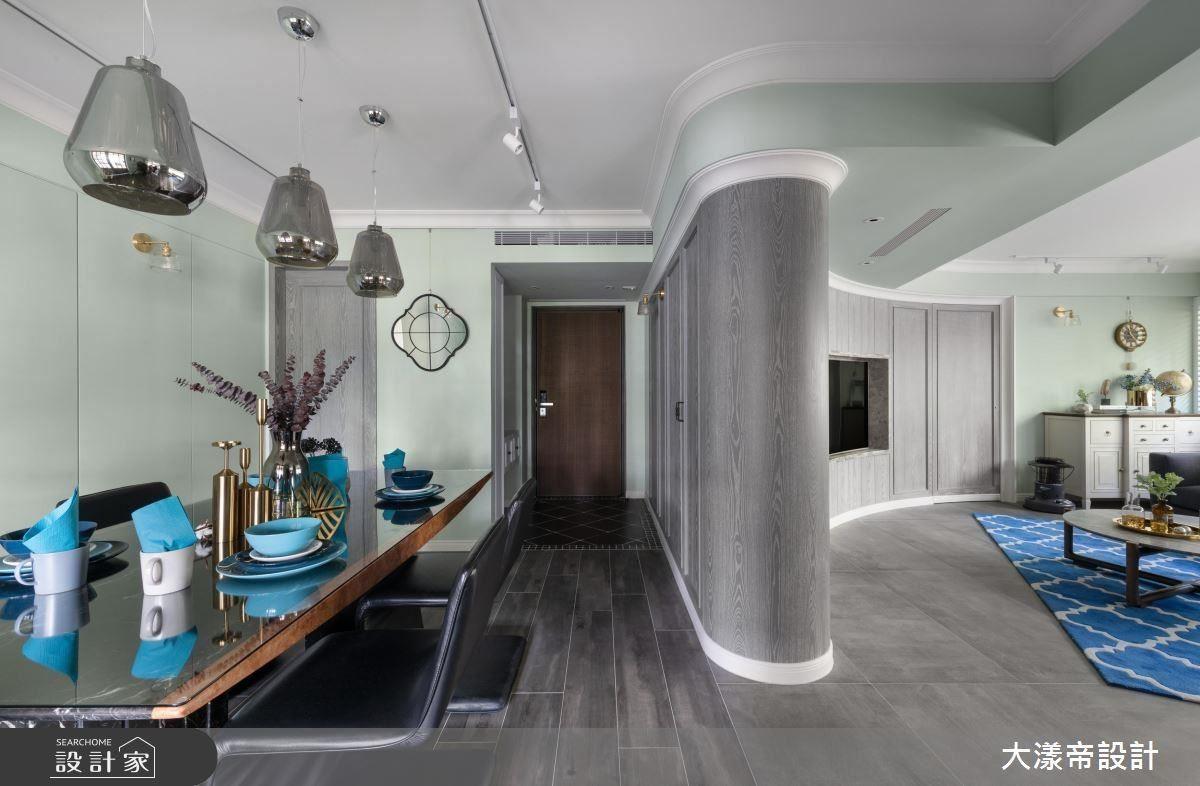 玄關以弧形柱體界定場域,柔和曲線同時挹注溫潤感。