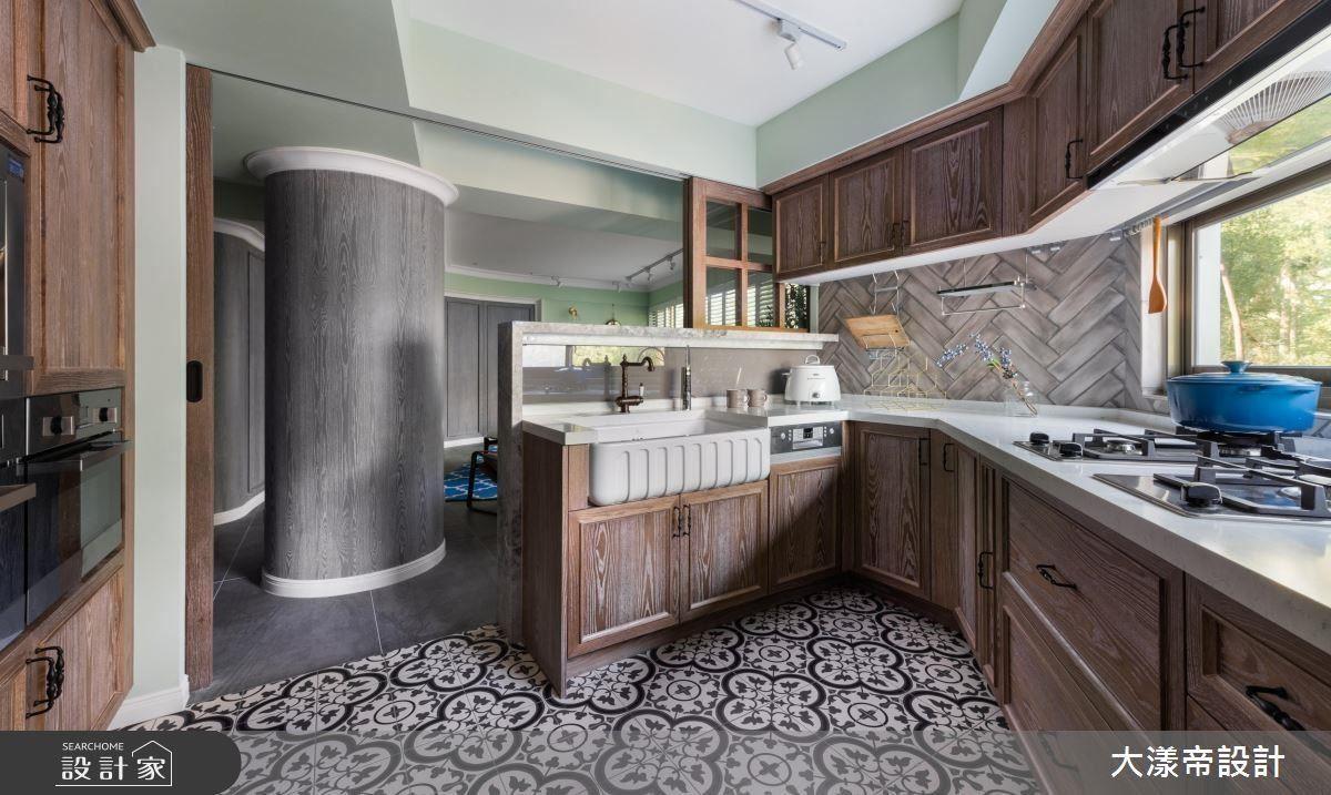 廚房結合人字拼木紋與原木色櫃體,營造美式鄉村風的優雅溫暖。