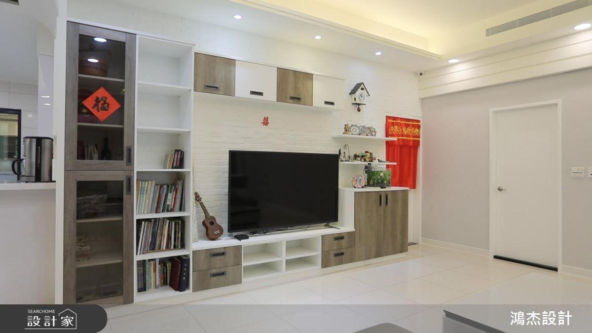 電視牆櫃體採跳色拼搭,挹注立面年輕活力。