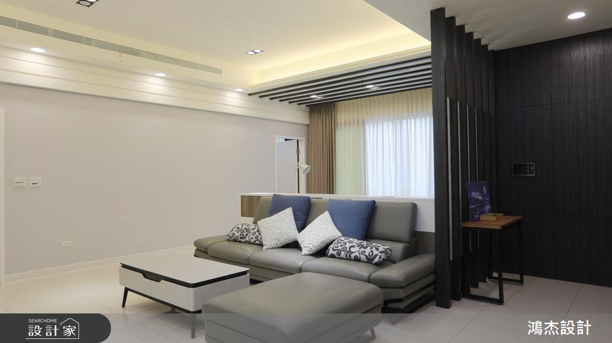 客廳以深淺色調對比彰顯沉穩氣息,更挹注空間層次感。