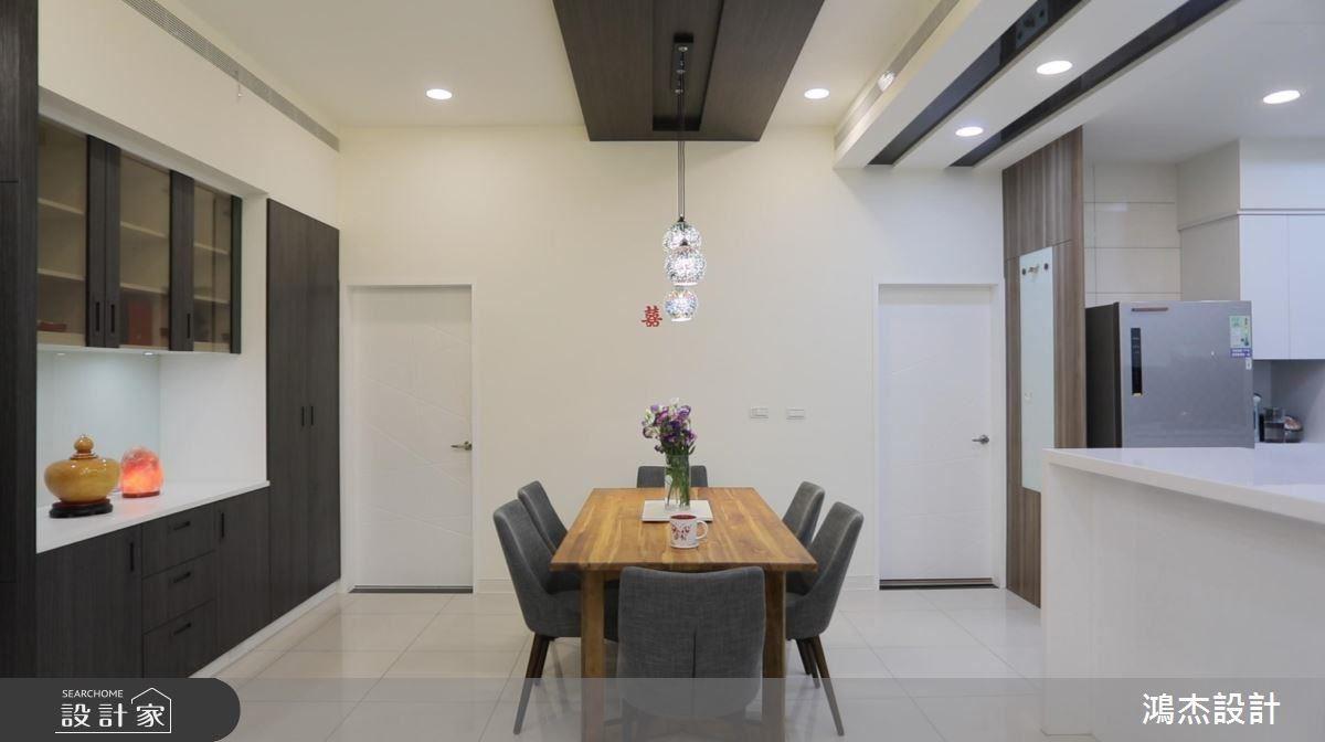 餐廳天花以深色框體結合造型吊燈,凝聚視覺焦點。