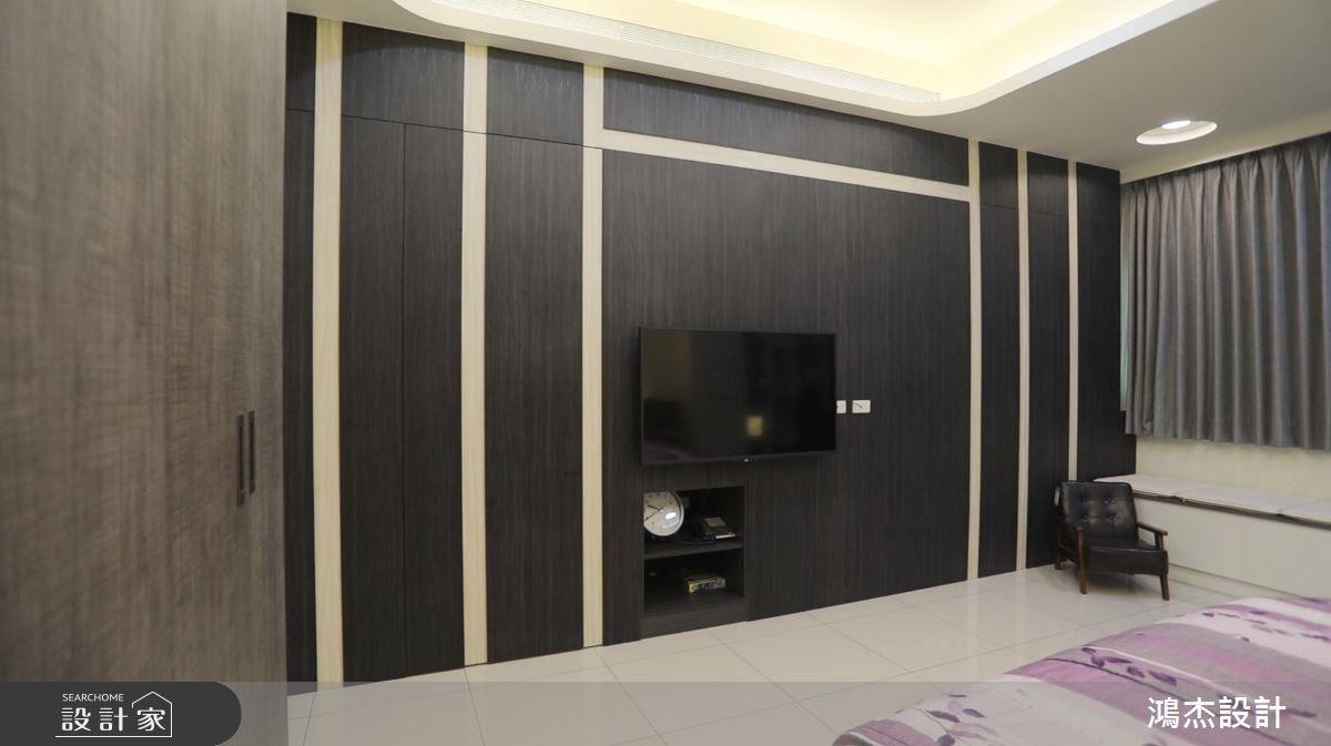 主臥電視牆以立體木紋線條造型,增添空間層次變化。
