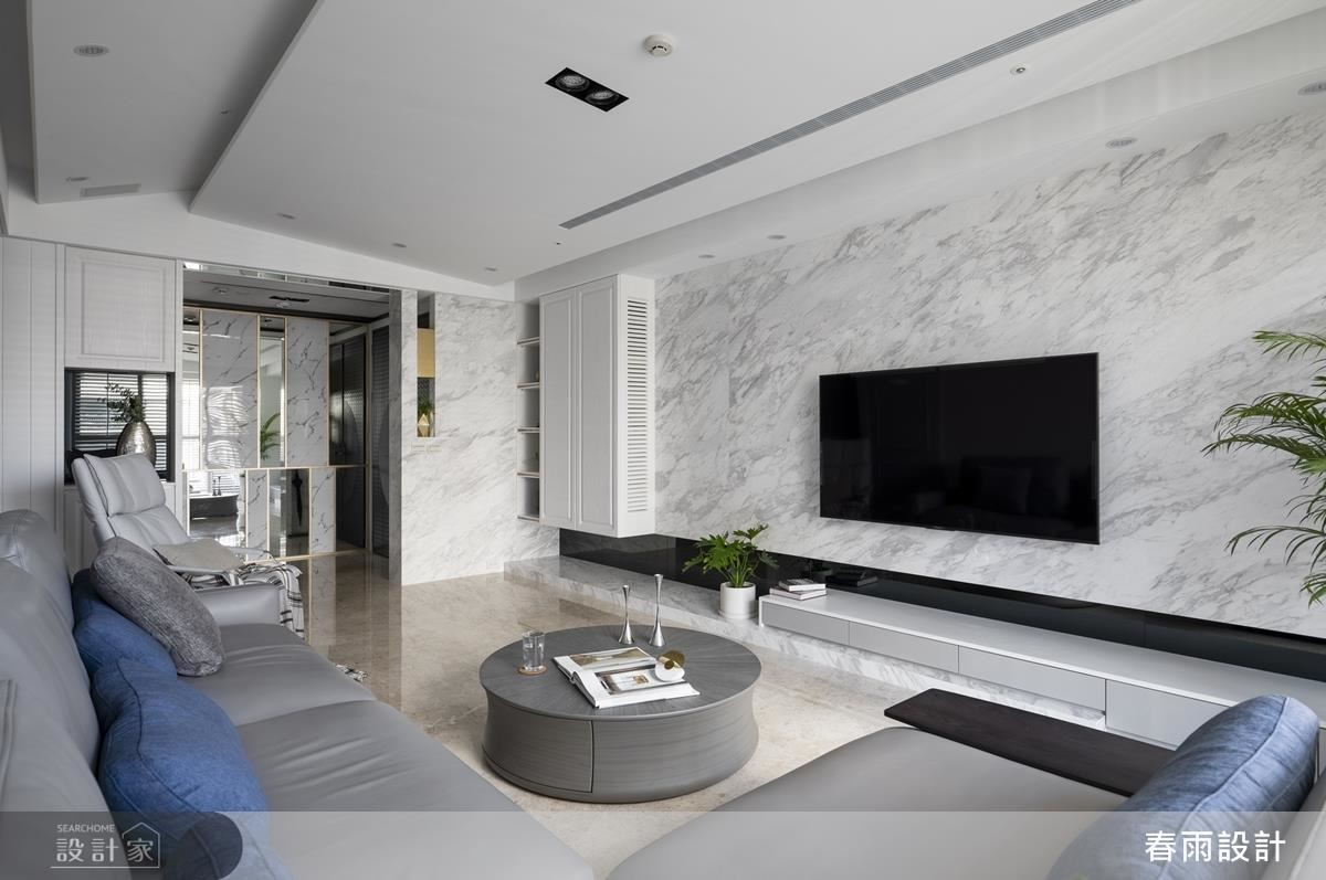 電視牆以大理石型塑空間表情,並利用材質延伸營造空間視覺放大效果。