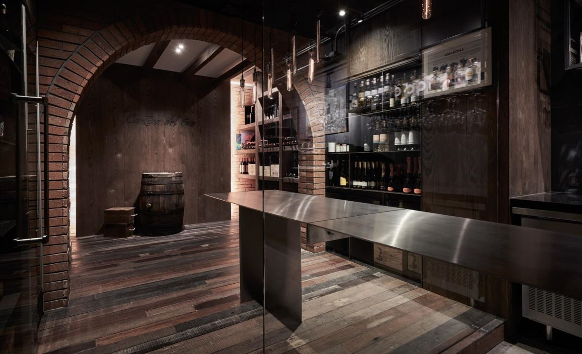 酒窖以檯面做視覺延伸,並運用清玻隔間增加空間穿透感。(圖片提供_謐空間 MII-Design)