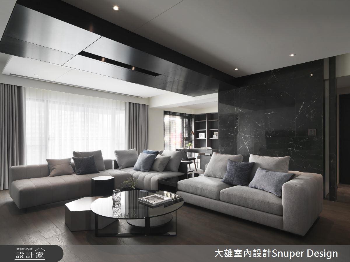客廳精選 L 型大尺度沙發,完美匹配大器豪宅的非凡品味。