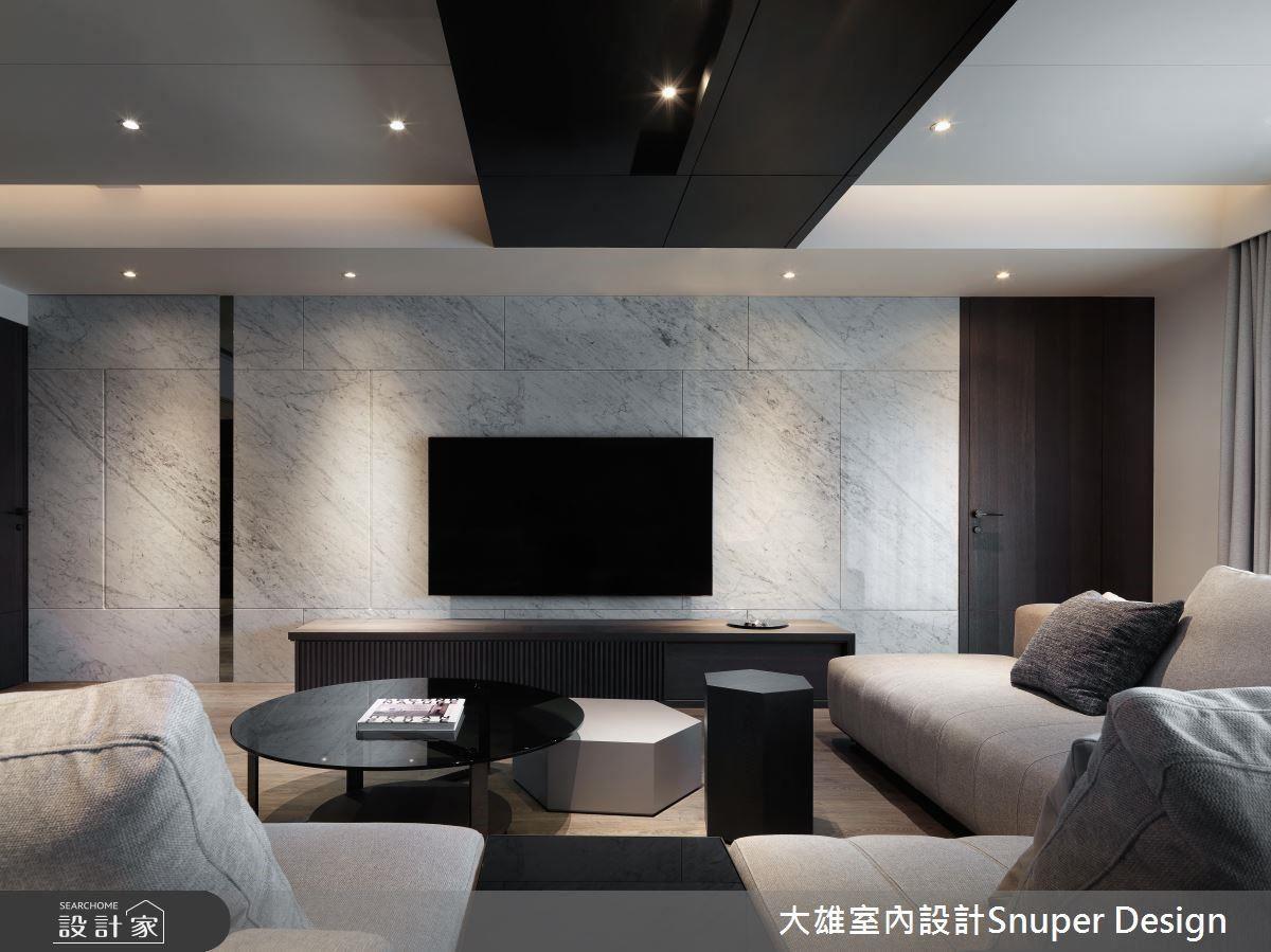 電視牆鋪陳大面大理石,不僅顯現磅礡自然紋理,更以異材質堆疊獨到精品質感。