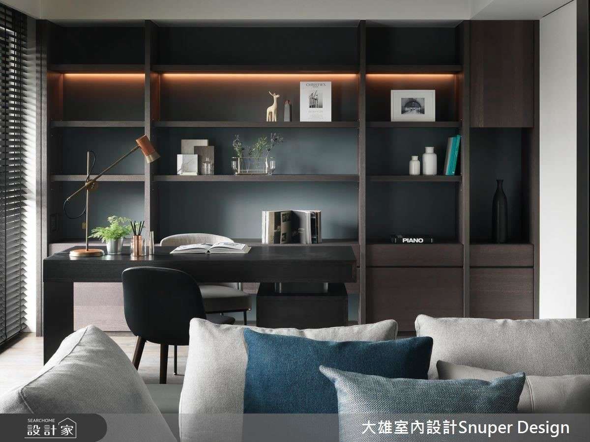 書房規劃大面書櫃,滿足男屋主工作需求,並鋪設木質調,烘托沉穩自在感受。