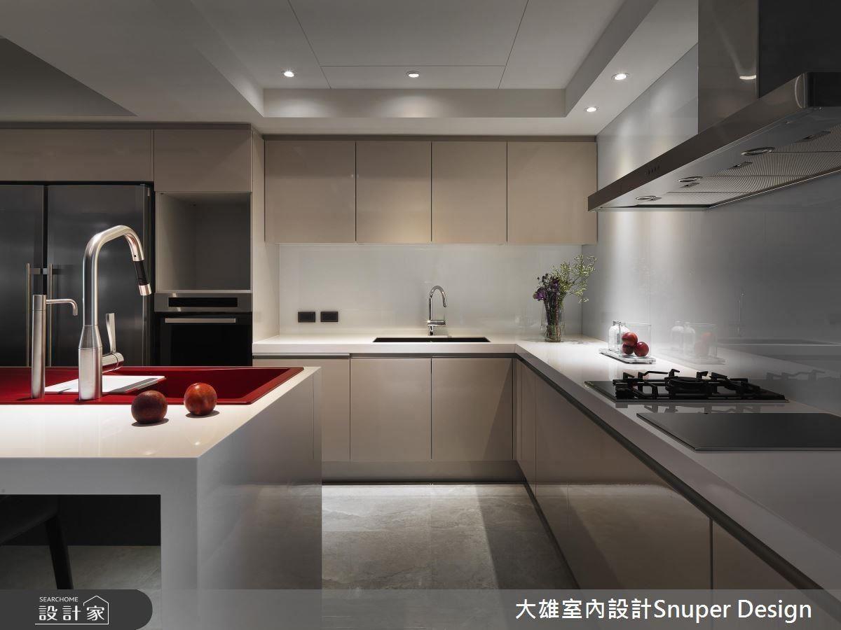 餐廚區中島容納女主人最愛的紅色面盆,並使用經典灰調於背景,完美襯托空間焦點。