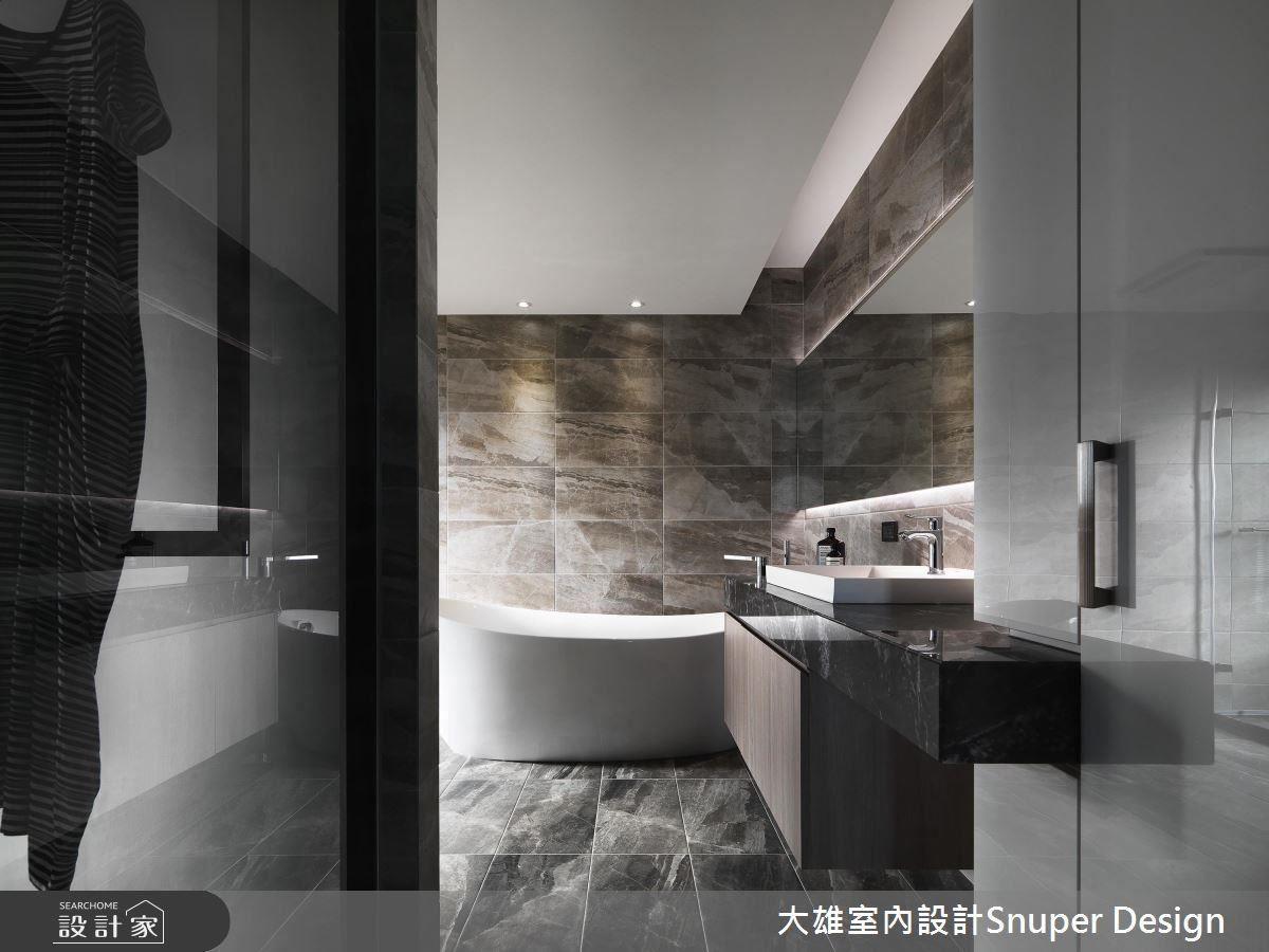 主浴壁面、地坪採華麗石紋設計,精巧渲染六星級飯店質感,同時彰顯屋主高貴氣質。