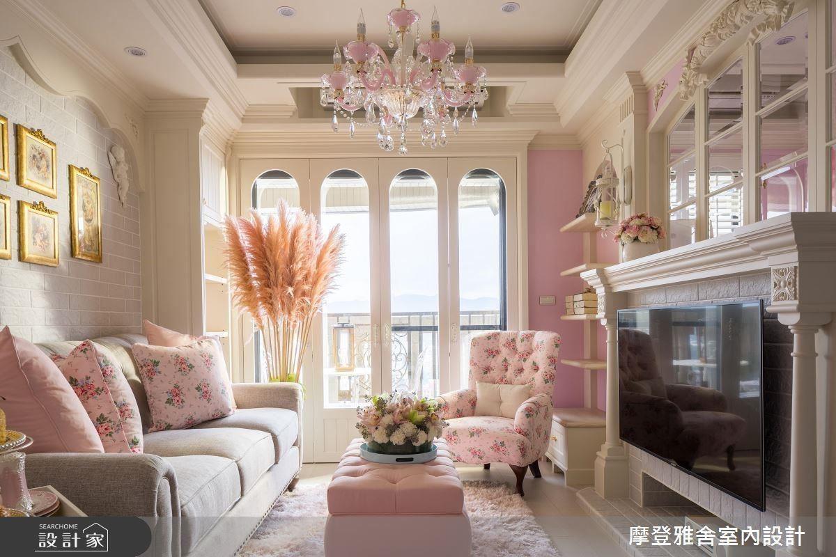 客廳以細膩手繪雕刻工藝,精心勾勒居家立體層次;並以馬卡龍粉調渲染法式浪漫風情。