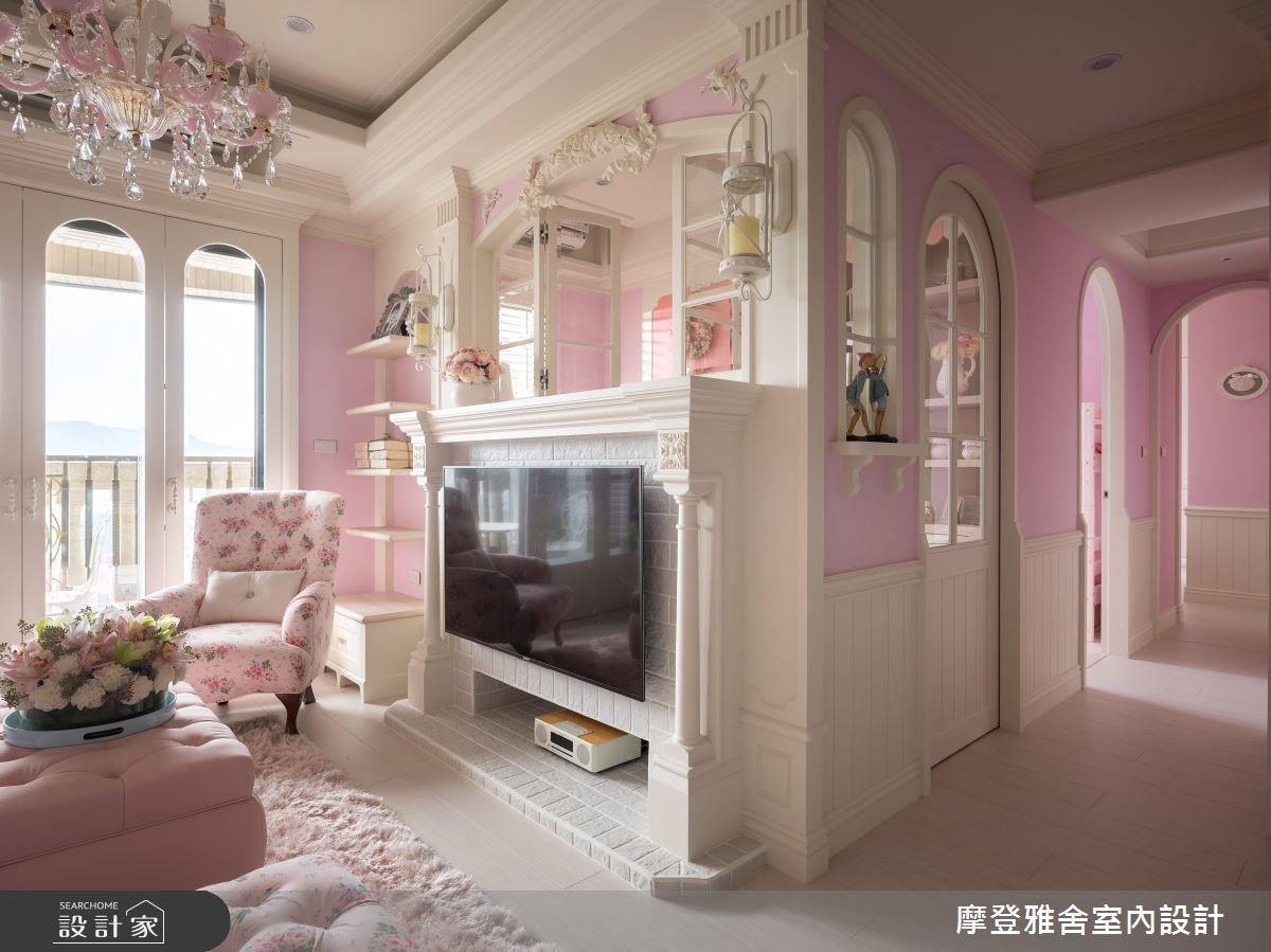 客廳活用窗邊、電視牆畸零空間規劃收納、展示區,完備屋主置物需求。