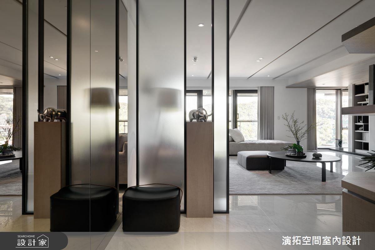 玄關運用玻璃穿透特性結合鏡面放大效果,延展場域開闊性。