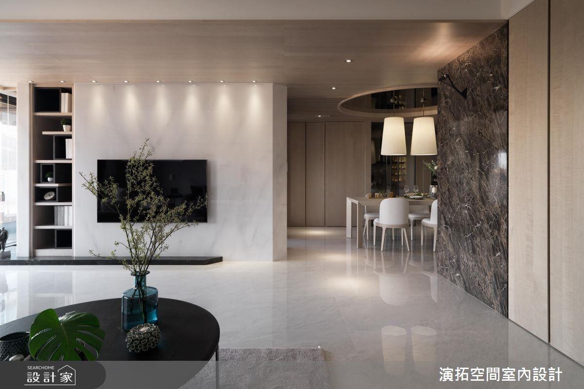 電視牆採用整面大理石,展現自然紋路的磅礡氣勢。