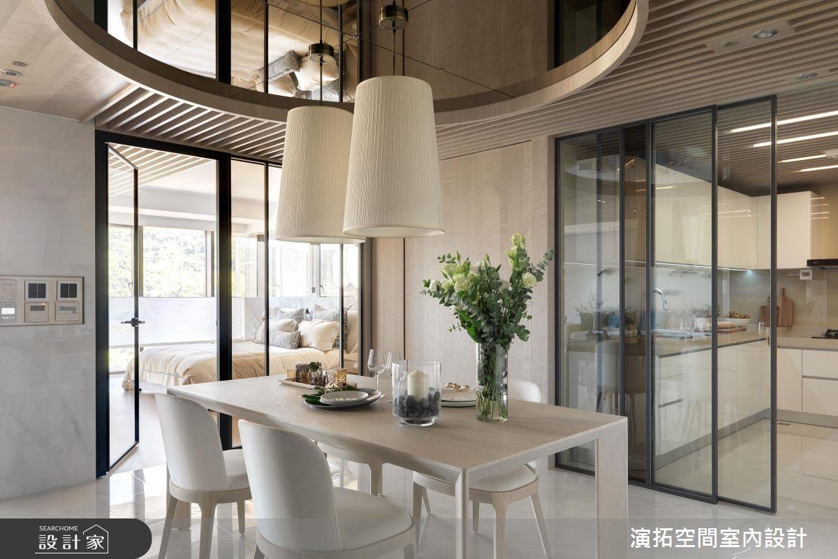 餐廳藉由通透玻璃串聯場域連貫性,更利用清玻與茶玻跳色增添溫潤典雅氣韻。