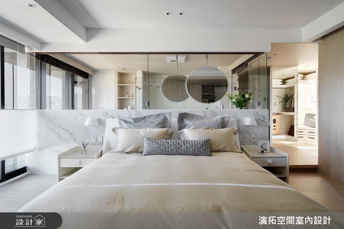 主臥以大面落地窗展現採光優勢,為場域引入明朗愜意氣息。