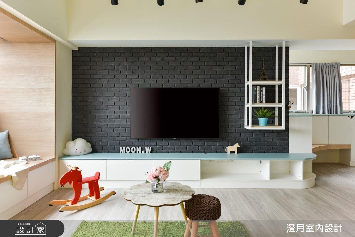 客廳電視牆選用黑色文化石,賦予開放式空間沉靜安定的效果。