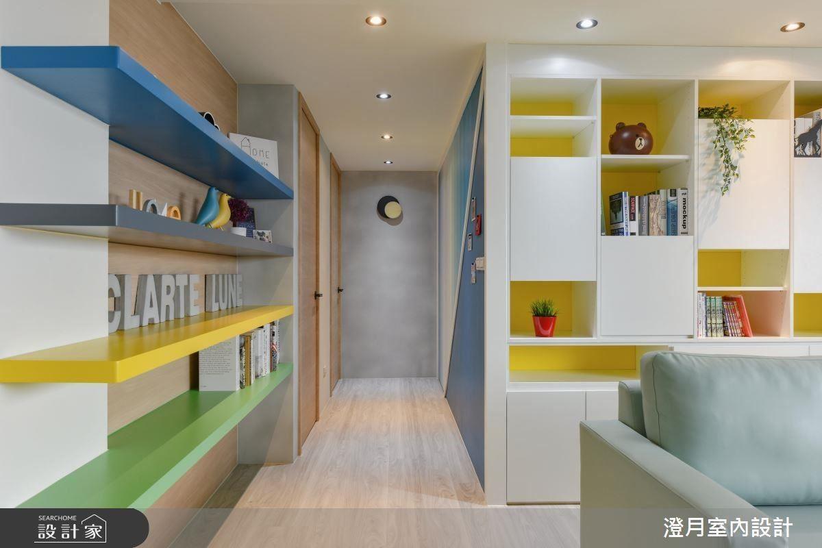 牆面利用淺色木皮為基底,搭配藍、黑、黃、綠層板增加色彩層次感。