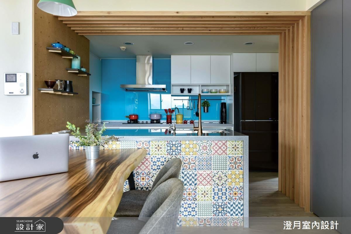 廚房壁面以藍色烤漆玻璃搭配花磚中島檯,營造空間視覺端景。